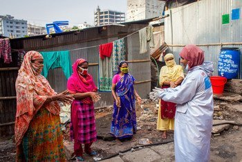 Au Bangladesh, des agents communautaires sensibilisent la population sur la prévention du coronavirus et distribuent des kits d'hygiène aux ménages urbains les plus pauvres