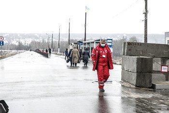 Пересечение «линии соприкосновения» по-прежнему связано с большими трудностями для жителей востока Украины.