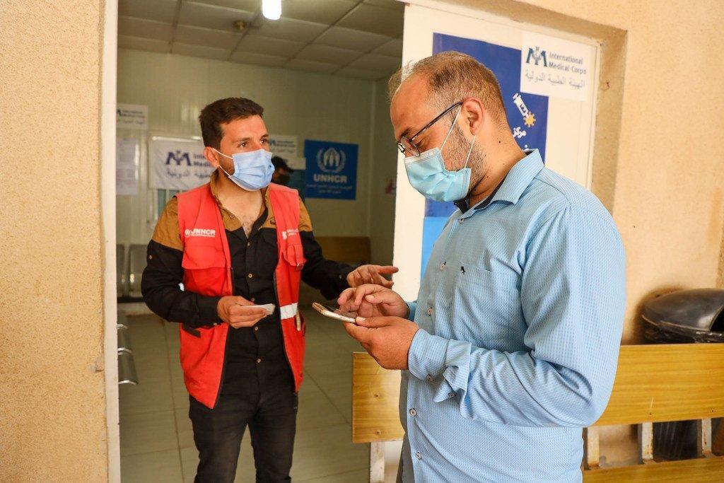 يقوم سميح بالتواصل مع اللاجئين من أجل توعيتهم وتشجيعهم من أجل الحصول على اللقاح