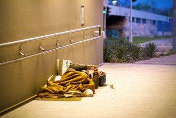 Un sans-abri dort dans un tunnel à Budapest, Hongrie.