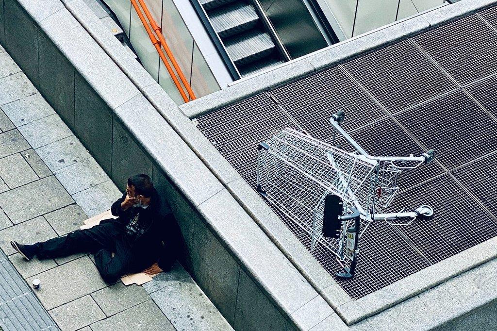 在奥地利维也纳,一个男人坐在压扁的纸箱上。