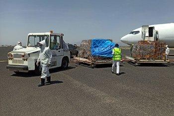 Un avión fletado por UNICEF llegó al aeropuerto de Sana´a con pretrechos vitales para ayudar a detener la propagación del coronavirus en Yemen.