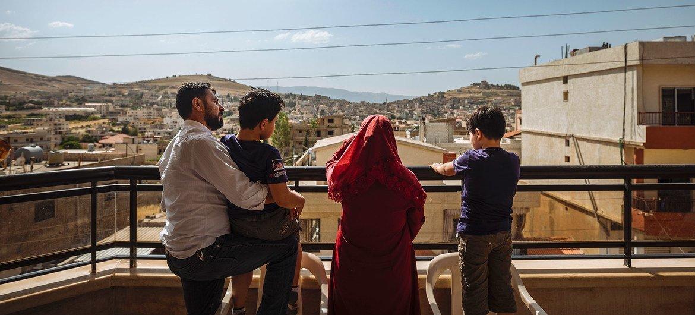 Une famille syrienne se tient sur le balcon de sa maison dans la vallée de la Bekaa, au Liban, quelques jours avant d'être réinstallée en France.