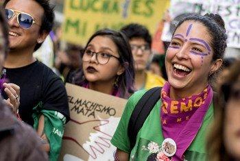 厄瓜多尔的人们在争取女权的示威活动中进行抗议游行。