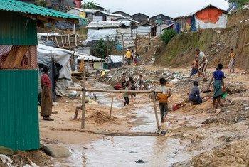 Des réfugiés rohingyas qui ont quitté leurs abris à cause des inondations reviennent pour récupérer leurs biens.