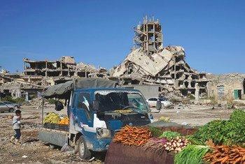 Des légumes sont vendus au milieu des ruines de la vieille ville de Benghazi, en Libye.