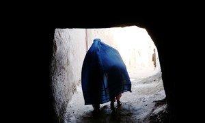 سيدة في أفغانستان تسير مع طفلها في أحد شوارع هرات بأفغانستان.