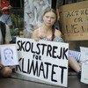 (من الأرشيف): الناشطة السويدية في مجال المناخ، غريتا ثونبرغ (في الوسط)، تنضم إلى شباب آخرين في إضراب مدرسي أو مظاهرة خارج الأمم المتحدة في نيويورك في 30 أغسطس 2019.