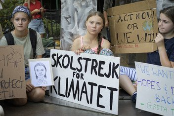 La activista sueca Greta Thunberg en su protesta de los viernes junto con otros jóvenes en Nueva York.