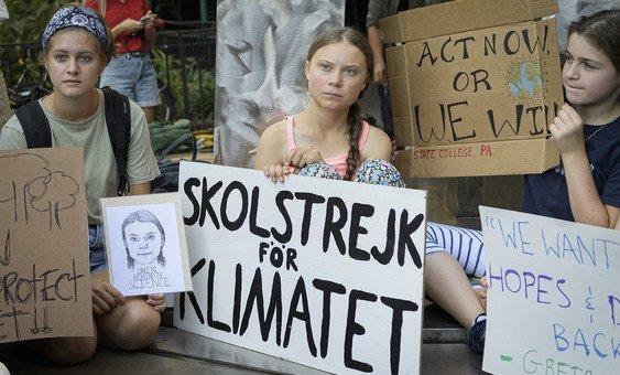 स्वीडन मूल की एक किशोरी जलवायु कार्यकर्ता ग्रेटा थनबर्ग (मध्य), 30 अगस्त 2019 को संयुक्त राष्ट्र मुख्यालय के बाहर स्कूली युवाओं की एक हड़ताल या प्रदर्शन में शिरकत करते हुए.