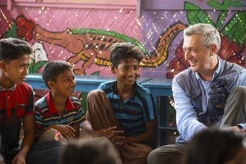 联合国难民事务高级专员菲利普·格兰迪在孟加拉国库图帕龙难民营的一个心理健康中心会见了罗辛亚难民儿童。(2019年4月)