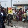 Un miembro del equipo de participación comunitaria que advierte sobre los peligros del ébola responde a preguntas sobre el actual brote de la enfermedad en Goma, en la provincia de Kivu del Norte, en el este de la República Democrática del Congo. (Agosto de 2019)