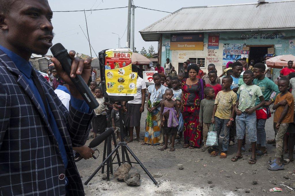أحد أعضاء فريق التوعية المجتمعية يجيب على أسئلة عامة حول تفشي فيروس الإيبولا في غوما، إقليم كيفو الشمالي، شرق جمهورية الكونغو الديمقراطية. (آب/أغسطس 2019)