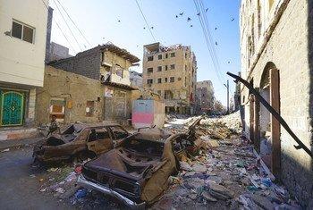 Un cratère dans une rue suite à une frappe aérienne à Aden, au Yémen. (18 novembre 2018)