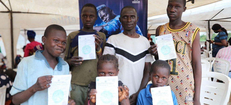 नाइजीरिया में विस्थापित लोगों के एक शिविर में बच्चों को जन्म प्रमाणपत्र प्रदान किये जा रहे हैं.