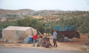 Семья, бежавшая от насилия в Идлибе, нашла приют в лагере, расположенном вбилизи границы с Турцией.