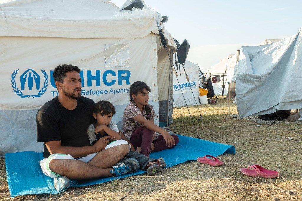 一名来自阿富汗的33岁男子与家人在希腊莱斯沃斯(Lesvos)岛上,他们希望能到德国去。
