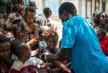Le spécialiste de la nutrition et l'équipe d'intervention d'urgence de l'UNICEF procèdent à un dépistage de la malnutrition à Adikeh, à Wajirat, dans le sud du Tigré, en Éthiopie.