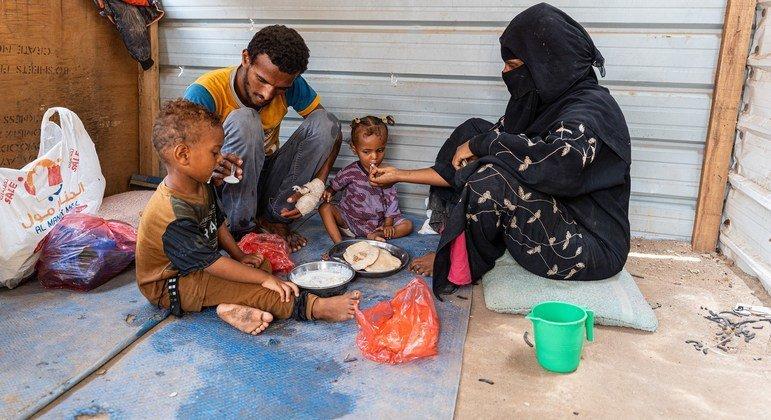 يعيش إبراهيم عبد الله وعائلته في أحد المخيمات في اليمن بدون سقف وتساقط عليهم المطر.