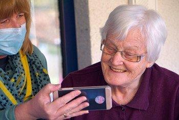 La pandémie de Covid-19 a accéléré la nécessité de combler le fossé numérique pour les personnes âgées.