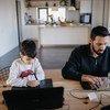 आर्मीनिया के येरेवान में एक बच्चा अपने पिता के साथ बैठकर पढ़ाई करते हुए.