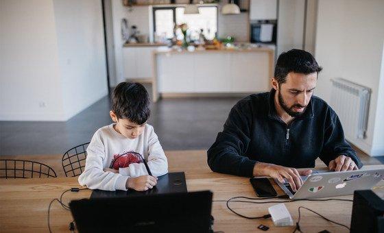 В МОТ рекомендуют вводить гибкий рабочий график, чтобы родители могли совмещать работу и уход за детьми, а также способствовать более справедливому распределению обязанностей по дому. На фото: отец с сыном в Армении.