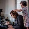 फ़्राँस के लियोन में तालाबन्दी के दौरान एक पत्रकार घर से काम कर रही हैं और उनकी बेटी उनके साथ खेल रही है.