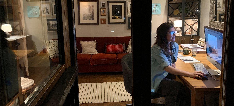 तुर्की के इस्ताम्बुल में एक महिला फ़ोटोग्राफ़र कोरोनावायरस संकट के दौरान घर से काम कर रही हैं.