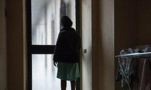 लीबिया से भूमध्य सागर के रास्ते इटली पहुँचने के बाद इस नाइजीरियाई लड़की को वेश्यावृत्ति में ढकेल दिया गया था जहाँ वो जुड़वाँ बच्चों के साथ गर्भवती हो गई. उसे इटली में पनाह मिली. (2017)