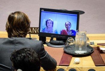 هنا سيروا تيته (من اليسار)، الممثلة الخاصة لدى الاتحاد الأفريقي ورئيسة مكتب الأمم المتحدة لدى الاتحاد الأفريقي؛ وفاطمة كياري محمد، المراقبة الدائمة للاتحاد الأفريقي لدى الأمم المتحدة، تتحدثان أمام مجلس الأمن عبر دائرة تلفزيونية مغلقة