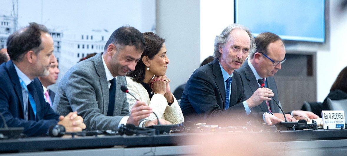 2019年10月29日,联合国叙利亚问题特使彼得森(Geir O. Pedersen)(右)在叙利亚宪法委员会在日内瓦举行会议之前会见了各方代表。