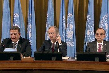 L'Envoyé spécial de l'ONU pour la Syrie, Geir O. Pedersen, et les co-présidents du Comité constitutionnel syrien, Ahmad Kuzbari du gouvernement et Hadi Albarhra de l'opposition, à Genève.