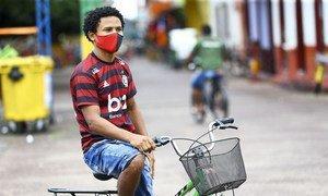 Un joven de Brasil durante la pandemia de COVID-19.