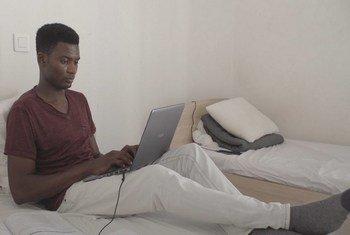 Zachariah, mhamiaji mwenye umri wa miaka 18 kutoka Ghana, akiwa chumbani akijisomea huko Athens nchini Ugiriki.