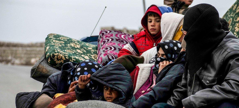 Uma família foge da violência em Idlib, na Síria.