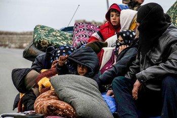 Una familia huyendo de la violencia en la ciudad de Idlib, en Siria.