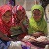 यमन में संघर्ष के कारण विस्थापित लोगों के लिये बनाए गए एक शिविर में कुछ लड़कियाँ