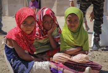 فتيات صغيرات في مخيم الضالع للنازحين من النزاع في اليمن.