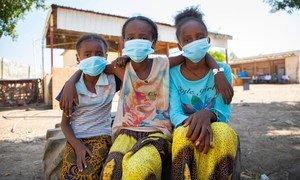 Meninas refugiadas em assentamento no Sudão