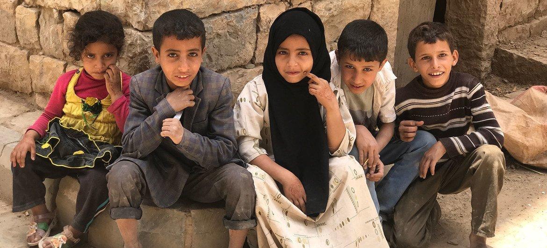 أطفال يمنيون نازحون يلهون في البلدة القديمة في عمران.