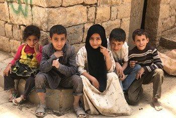 Des enfants yéménites déplacés jouent dans la vieille ville d'Amran.