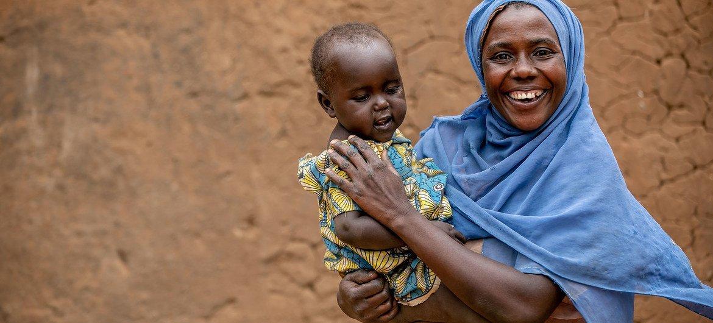 Una mujer VIH positiva y su bebé toman su medicación antiretroviral diariamente en Mbarara, en el oeste de Uganda.