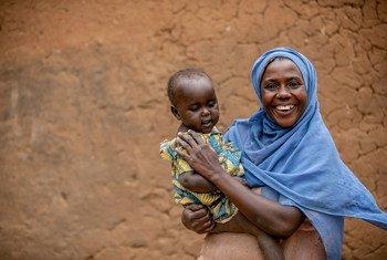 Une femme et son bébé séropositifs prennent leurs médicaments quotidiennement à leur domicile de Mbarara, dans l'ouest de l'Ouganda.