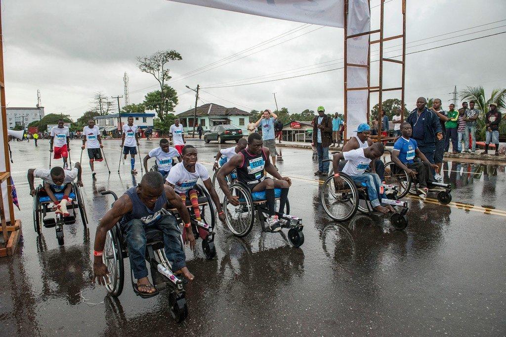 Atletas liberianos empujan sus sillas de ruedas durante un carrera popular de diez kilómetros en Monrovia.