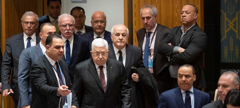 2020年2月11日,巴勒斯坦国总统阿巴斯来到联合国安理会,出席有关巴勒斯坦问题的会议。在他的左后方是巴勒斯坦常驻联合国观察员曼苏尔。