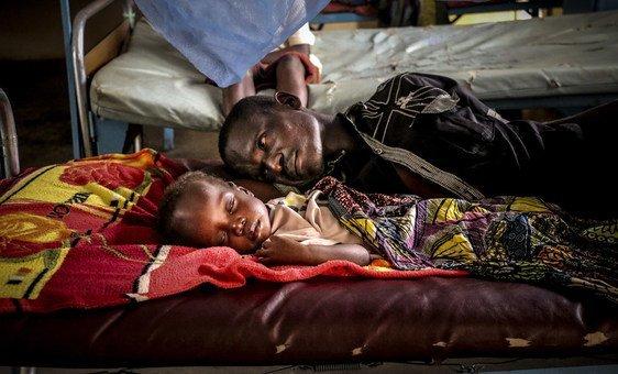 Un padre junto a su hijo en el hospital pediátrico de Bangui, en la capital de la República Centroafricana.
