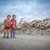 Deux fillettes dans les ruines de la ville de Mossoul, en Iraq.