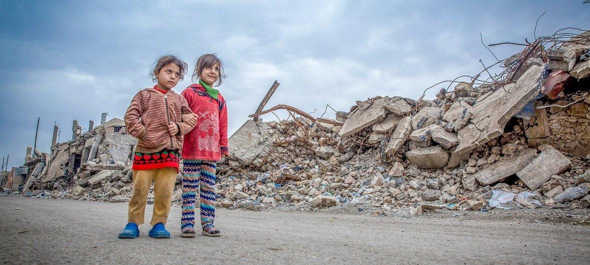 Dos niñas caminando entre las ruinas de la ciudad de Mosul, en Iraq.