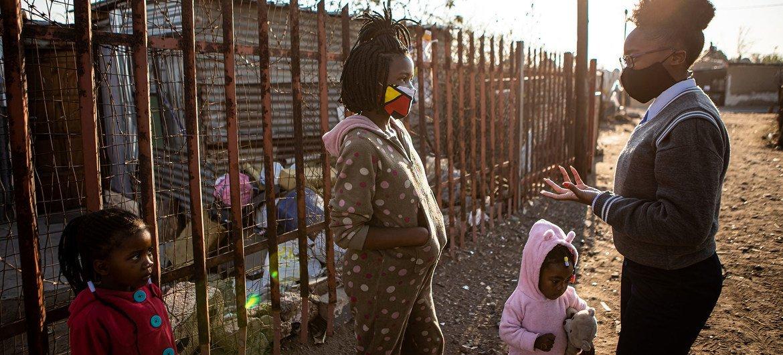 Mulheres e meninas em área rural da África do Sul