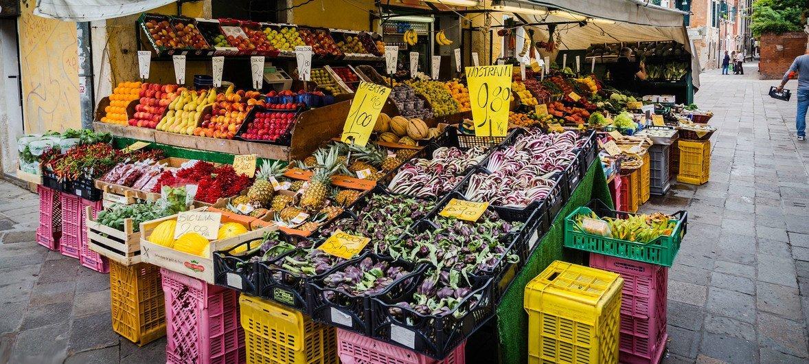 Mercado de productos frescos en Venecia.